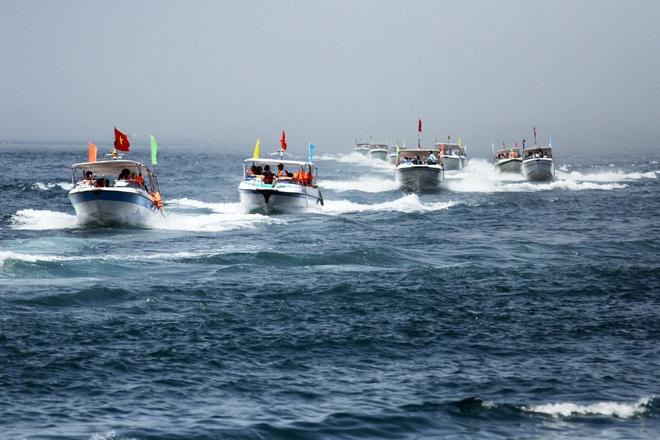Gần 50 canô diễu hành trên biển cù lao chàm - 2