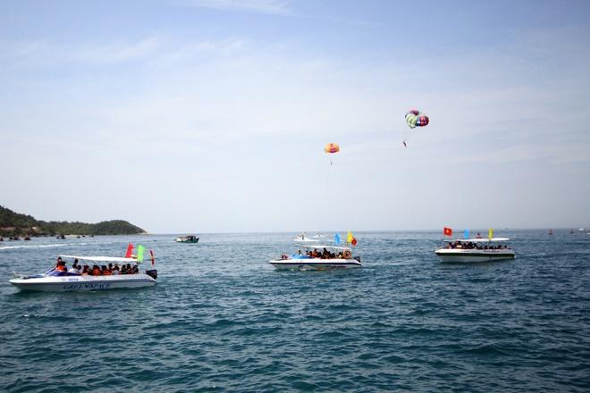 Gần 50 canô diễu hành trên biển cù lao chàm - 3