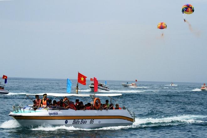 Gần 50 canô diễu hành trên biển cù lao chàm - 5
