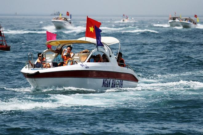 Gần 50 canô diễu hành trên biển cù lao chàm - 6