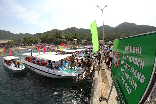 Gần 50 canô diễu hành trên biển cù lao chàm - 7
