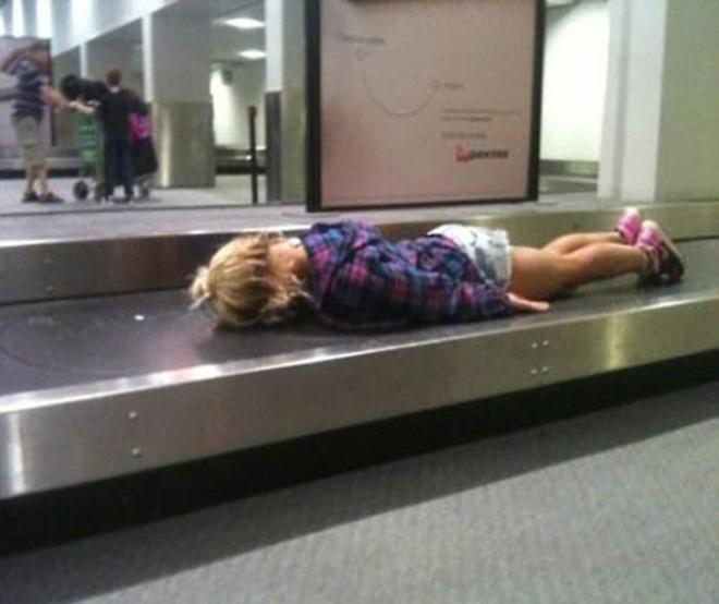 Những bức ảnh cười chảy nước mắt về hành khách tại sân bay - 7
