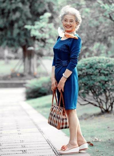 cụ bà u90 trung quốc làm người mẫu áo tắm - 9