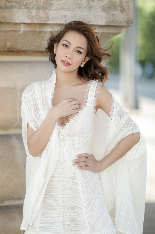 hoa hậu hải dương diện váy cúp ngực giữa paris - 2