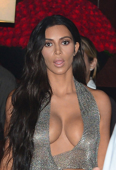 kim kardashian khoe vòng một với váy khoét ngực - 1