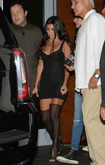 kim kardashian khoe vòng một với váy khoét ngực - 5