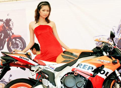 người mẫu việt tại triển lãm môtô 2009 - 6