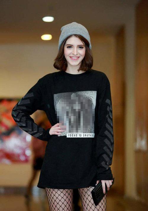 Thời trang sao việt xấu mẫu tây andrea bị chỉ trích dữ dội vì mặc áo in hình nhạy cảm - 1