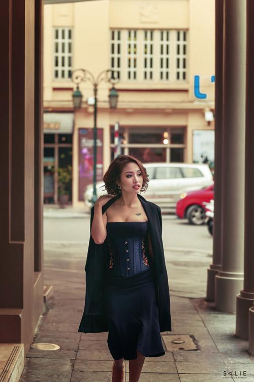 Vân hugo trông mòn con mắt khoe eo con kiến với áo corset - 2