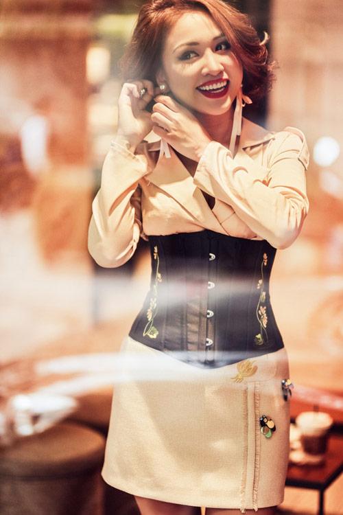Vân hugo trông mòn con mắt khoe eo con kiến với áo corset - 3