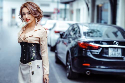 Vân hugo trông mòn con mắt khoe eo con kiến với áo corset - 4