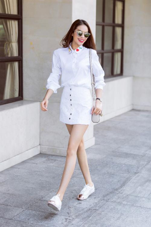Chỉ với áo sơ mi trắng mà phạm hương mặc đủ kiểu vẫn không thể chê được - 1