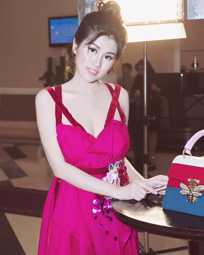 Emily hồng nhung đẹp ngọt ngào với đầm cánh sen - 4