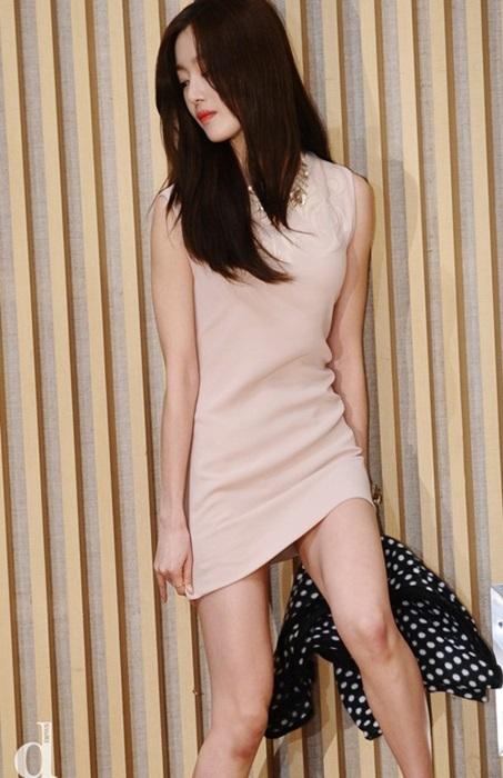 Lạm dụng váy siêu ngắn sao khổ sở cúi không được ngồi cũng chẳng xong - 1