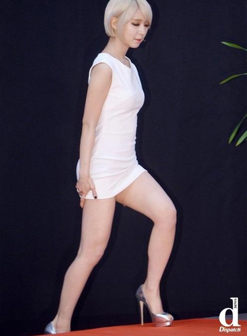 Lạm dụng váy siêu ngắn sao khổ sở cúi không được ngồi cũng chẳng xong - 7