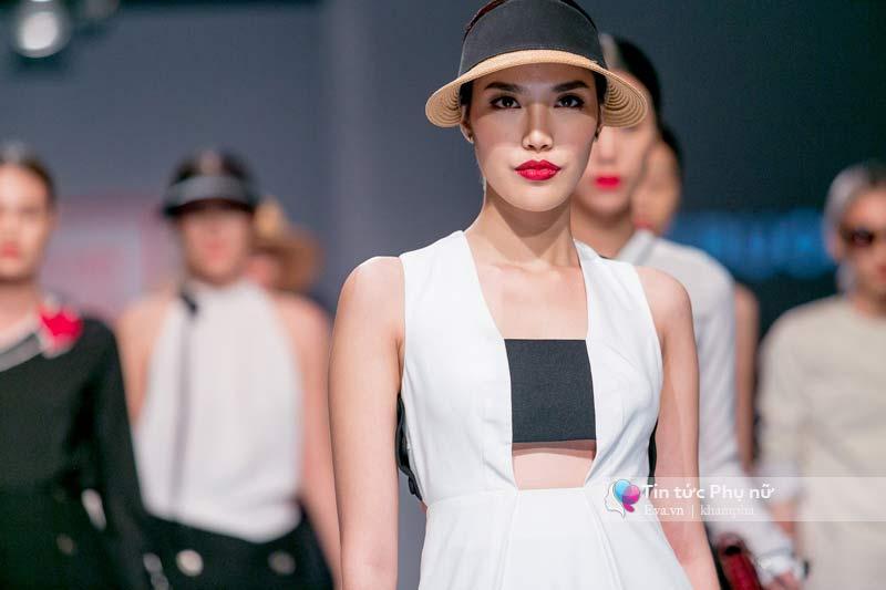 Lần đầu tiên trong lịch sự thời trang việt người mẫu catwalk mà chân không chạm sàn - 1