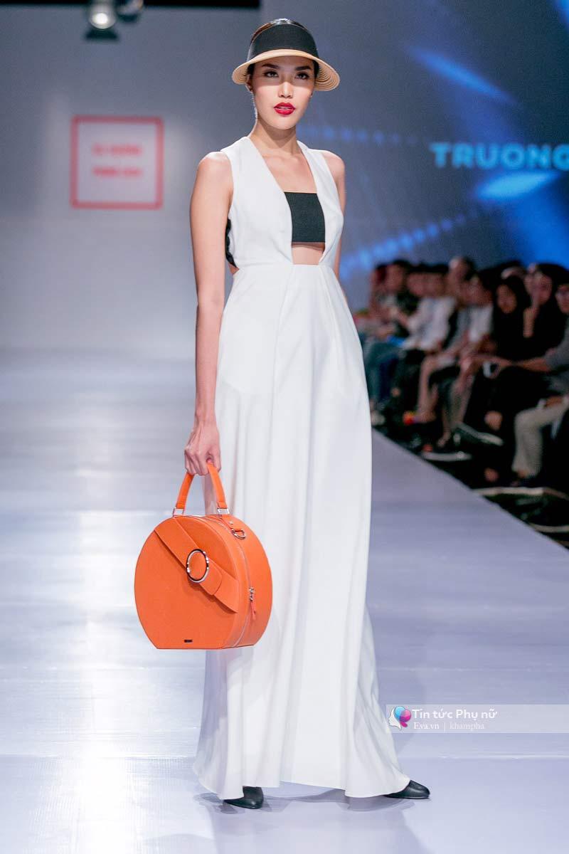 Lần đầu tiên trong lịch sự thời trang việt người mẫu catwalk mà chân không chạm sàn - 3