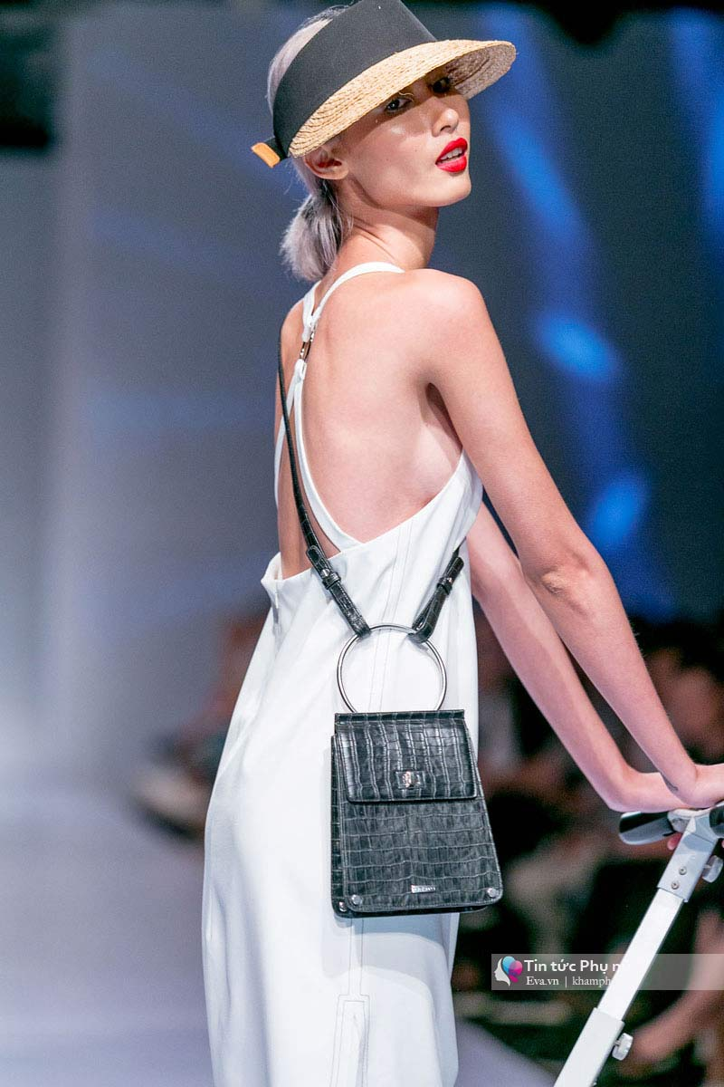 Lần đầu tiên trong lịch sự thời trang việt người mẫu catwalk mà chân không chạm sàn - 4