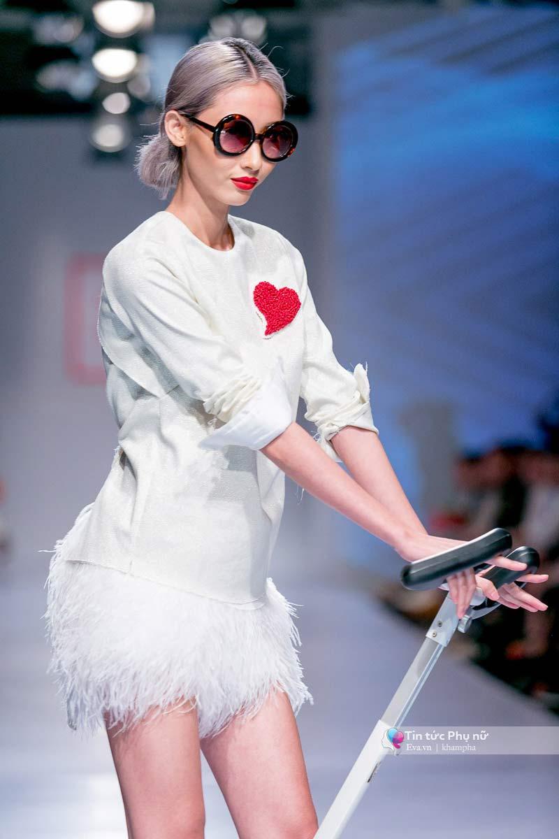 Lần đầu tiên trong lịch sự thời trang việt người mẫu catwalk mà chân không chạm sàn - 6