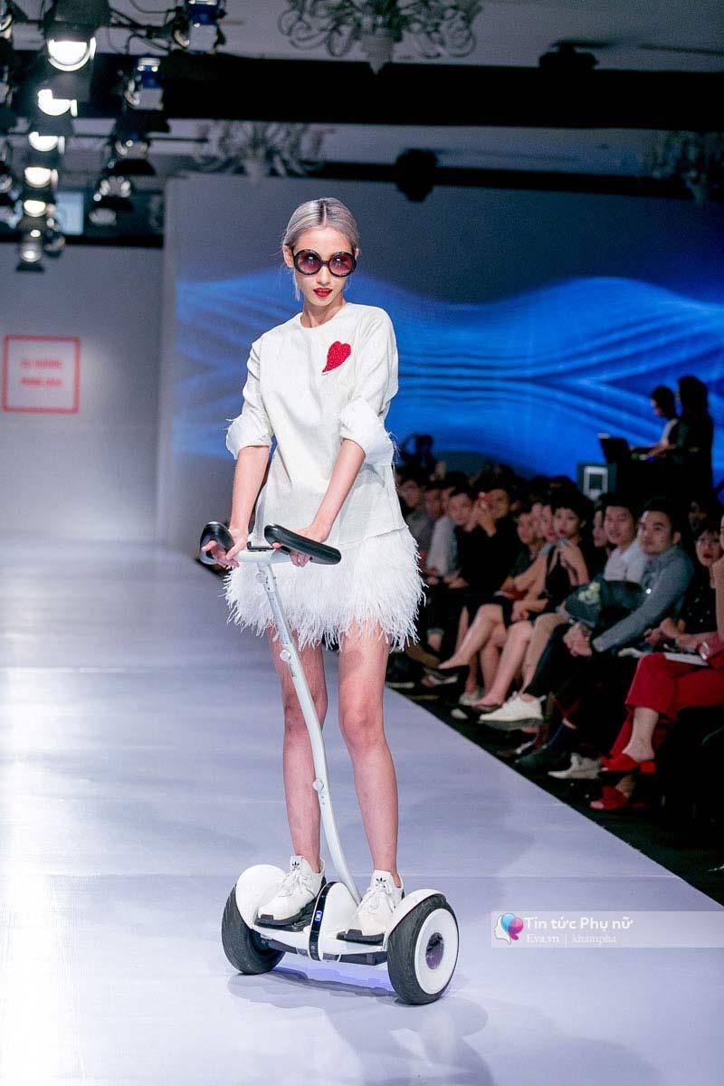 Lần đầu tiên trong lịch sự thời trang việt người mẫu catwalk mà chân không chạm sàn - 7