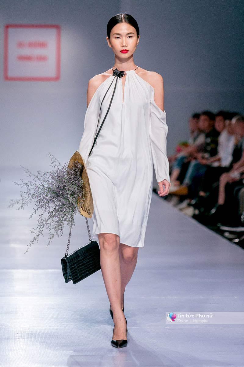 Lần đầu tiên trong lịch sự thời trang việt người mẫu catwalk mà chân không chạm sàn - 8