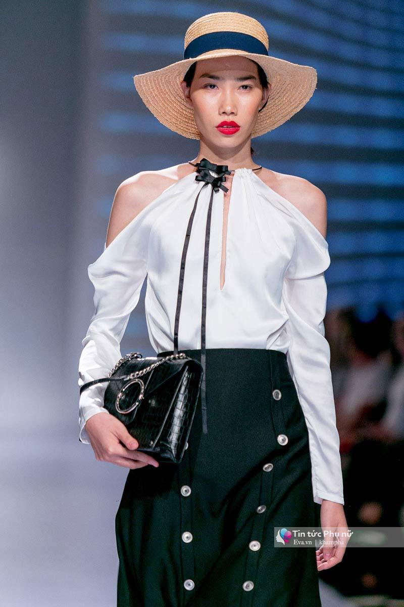 Lần đầu tiên trong lịch sự thời trang việt người mẫu catwalk mà chân không chạm sàn - 9