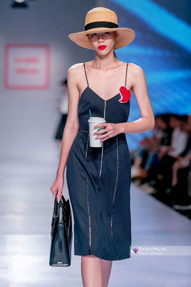 Lần đầu tiên trong lịch sự thời trang việt người mẫu catwalk mà chân không chạm sàn - 10