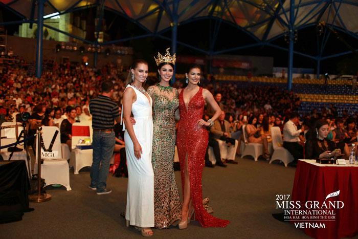 Người đẹp thái lan vấp té ngay trên sân khấu miss grand international 2017 - 9