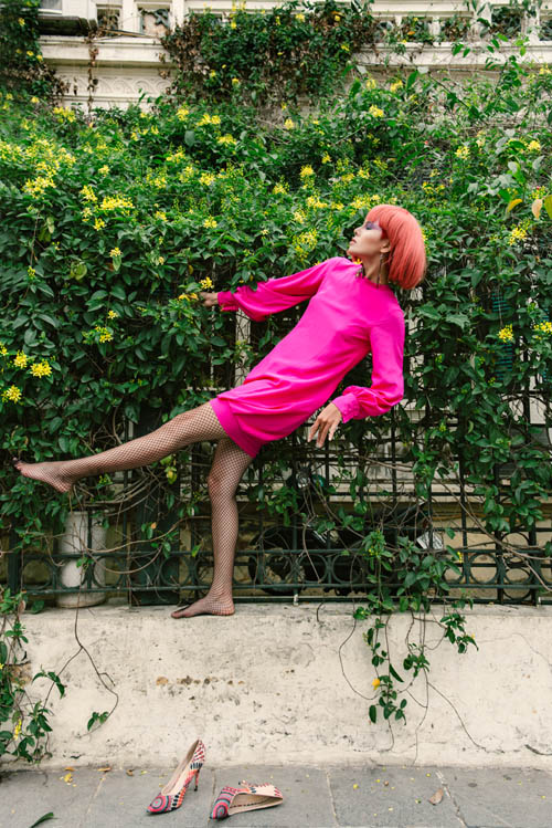 Người mẫu buông giày vắt vẻo tạo dáng trên hàng rào - 1