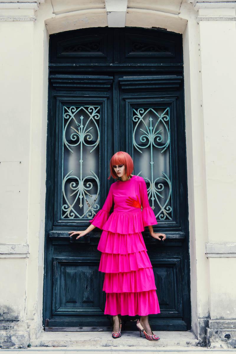 Người mẫu buông giày vắt vẻo tạo dáng trên hàng rào - 7