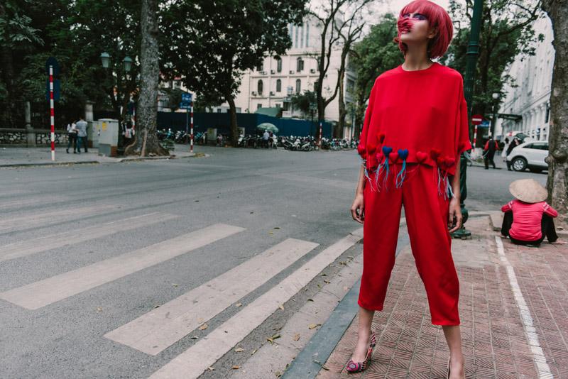 Người mẫu buông giày vắt vẻo tạo dáng trên hàng rào - 8