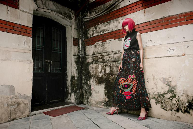 Người mẫu buông giày vắt vẻo tạo dáng trên hàng rào - 11