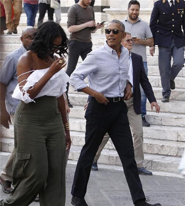 Phu nhân cựu tổng thống obama bất ngờ gợi cảm trên phố - 1