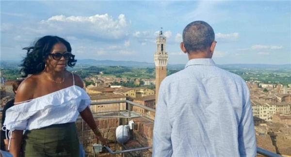 Phu nhân cựu tổng thống obama bất ngờ gợi cảm trên phố - 3