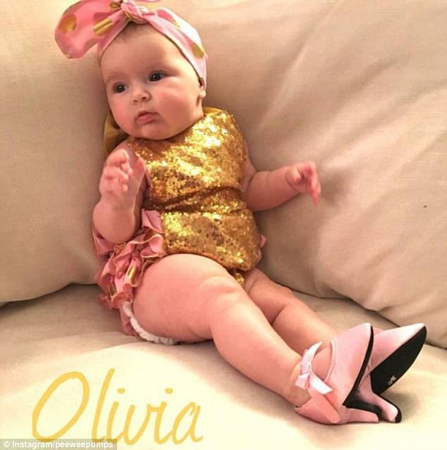 Sản xuất giày cao gót cho trẻ sơ sinh hãng thời trang bị mẹ bỉm sữa lên án dữ dội - 1