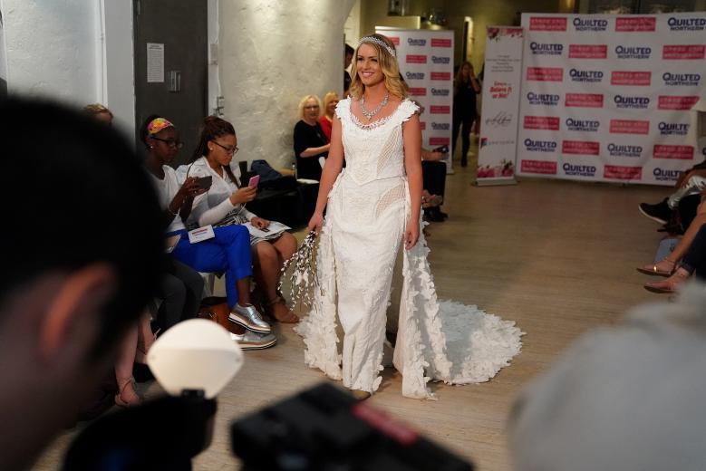 Váy cưới làm từ giấy vệ sinh gây sửng sốt vì quá đẹp quá sang - 1