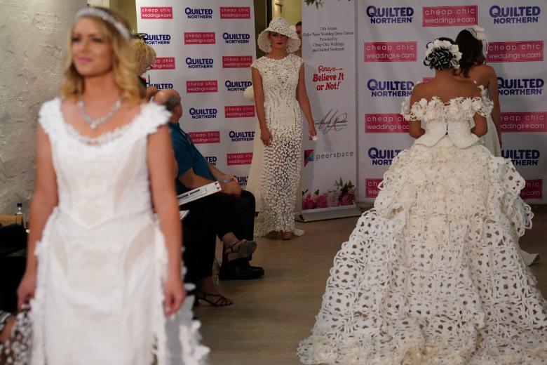 Váy cưới làm từ giấy vệ sinh gây sửng sốt vì quá đẹp quá sang - 4