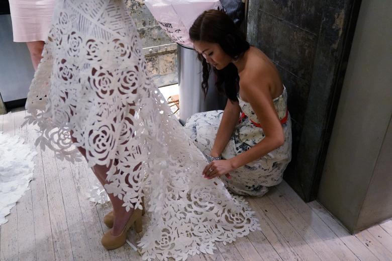Váy cưới làm từ giấy vệ sinh gây sửng sốt vì quá đẹp quá sang - 5