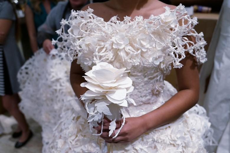 Váy cưới làm từ giấy vệ sinh gây sửng sốt vì quá đẹp quá sang - 8