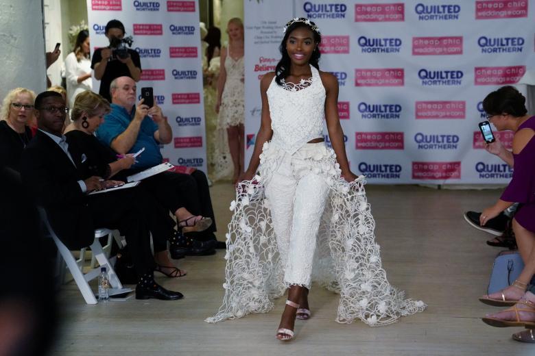 Váy cưới làm từ giấy vệ sinh gây sửng sốt vì quá đẹp quá sang - 9