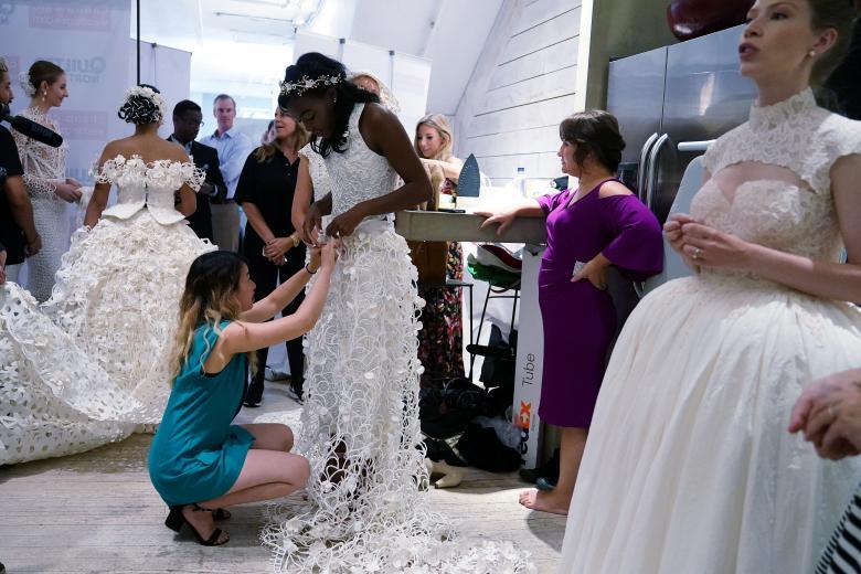 Váy cưới làm từ giấy vệ sinh gây sửng sốt vì quá đẹp quá sang - 12