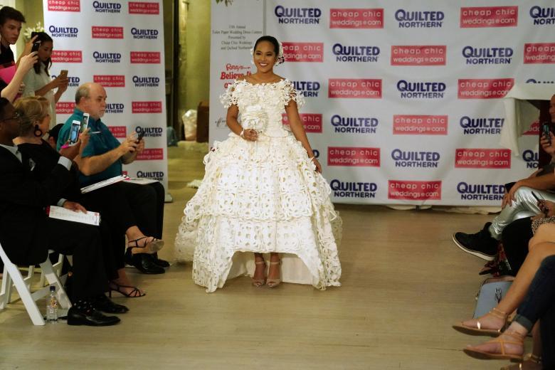 Váy cưới làm từ giấy vệ sinh gây sửng sốt vì quá đẹp quá sang - 14