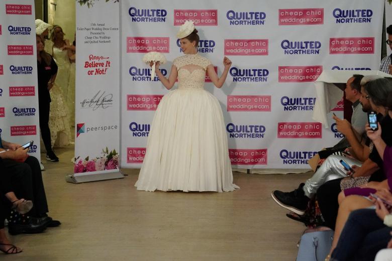 Váy cưới làm từ giấy vệ sinh gây sửng sốt vì quá đẹp quá sang - 15