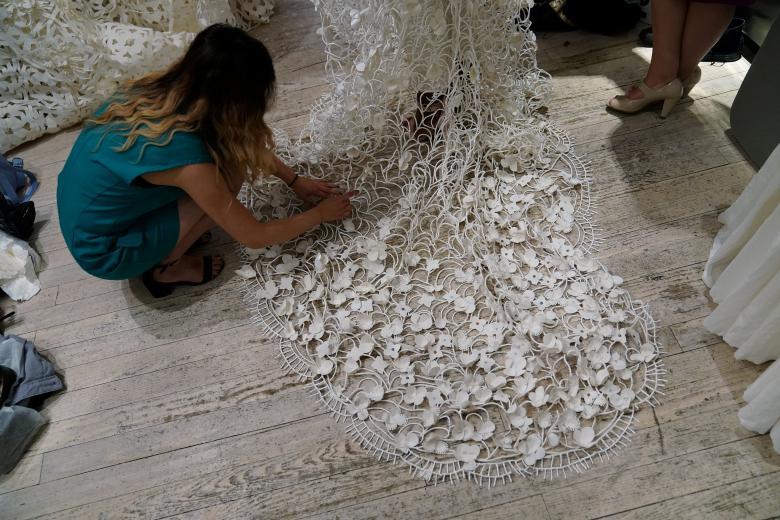 Váy cưới làm từ giấy vệ sinh gây sửng sốt vì quá đẹp quá sang - 16