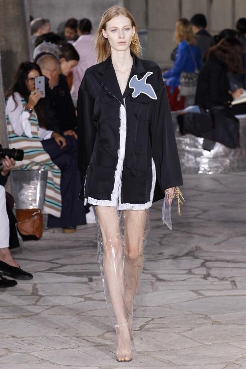 Vừa cá tính vừa kích thích ánh nhìn với mốt thời trang nhựa trong suốt kì dị - 2