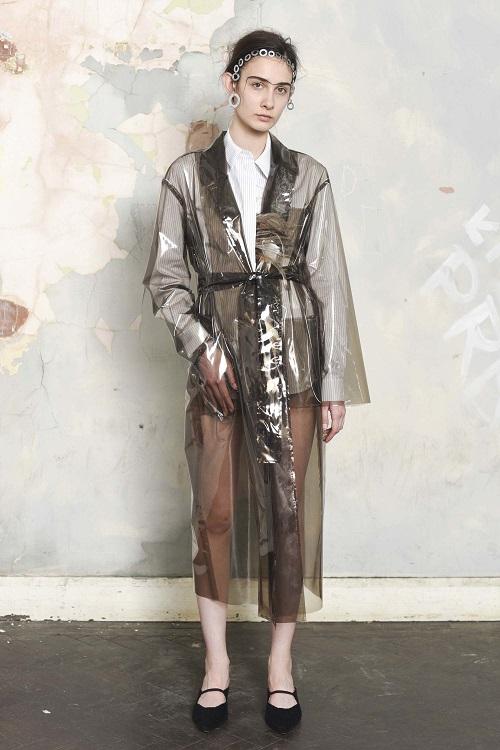 Vừa cá tính vừa kích thích ánh nhìn với mốt thời trang nhựa trong suốt kì dị - 14