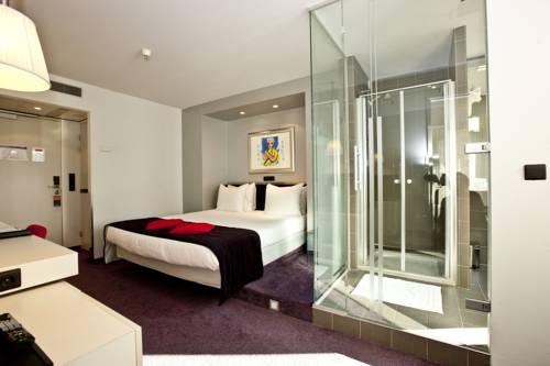 Lý do phòng tắm khách sạn có tường kính trong suốt - 1