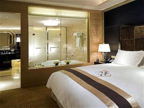 Lý do phòng tắm khách sạn có tường kính trong suốt - 2