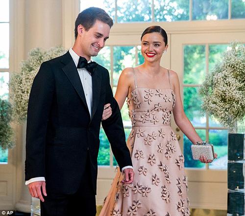 Miranda kerr váy hồng thướt tha cùng bạn trai dự tiệc - 1