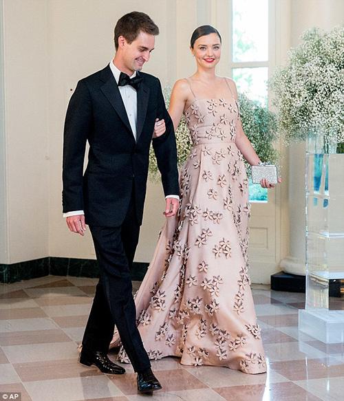 Miranda kerr váy hồng thướt tha cùng bạn trai dự tiệc - 2
